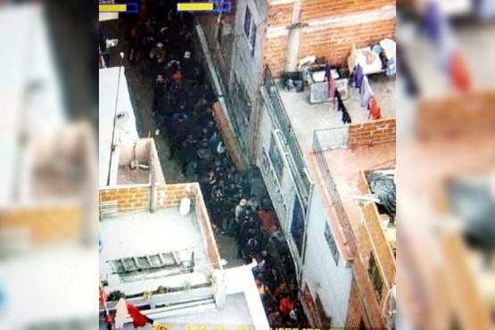 Las medidas de seguridad que toma la banda narco más poderosa de la Ciudad. En la villa 1.11.14 se forman filas de más de 70 metros de largo para llegar a los puestos de venta.