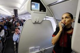 Por qué una azafata recomienda no consumir bebidas calientes en el avión