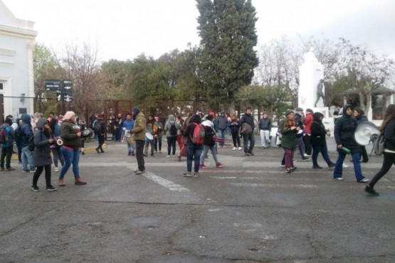 Estatales se manifestaron en Casa de Gobierno