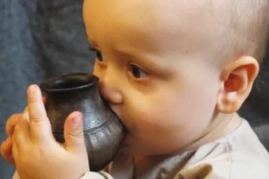 Los investigadores dieron una reproducción del biberón prehistórico a un bebé contemporáneo: la entendió de inmediato y le encantó. (Nature)