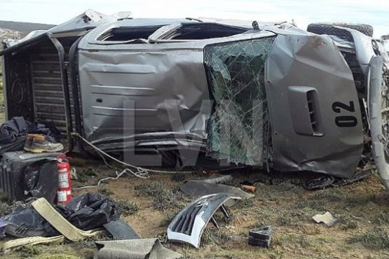 La camioneta volcada sufrió grandes daños.