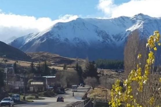En la montaña se ve la nieve.