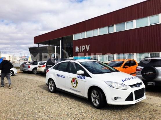 Policía frente al IPV.Tierr
