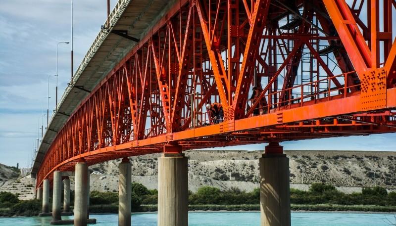 El puente se encuentra sobre la Ruta Nacional N°3.