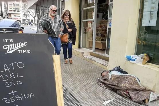 Un indigente durmiendo en la calle.