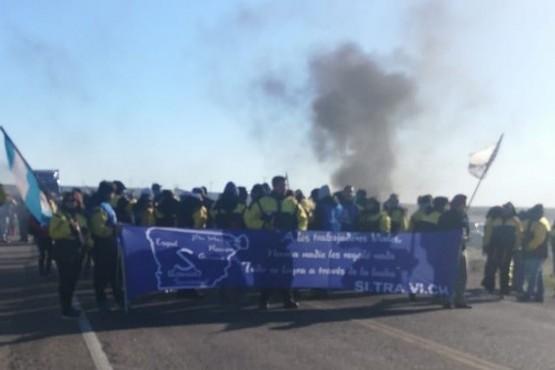 Trabajadores viales vuelven a cortar el tránsito en la ruta 3