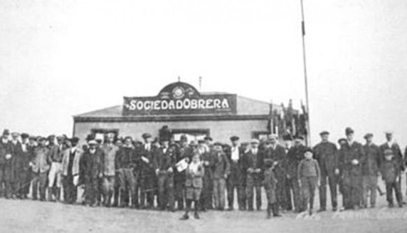 Los huelguistas frente a la Sociedad Rural.