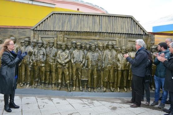 La gobernadora junto al monumento.