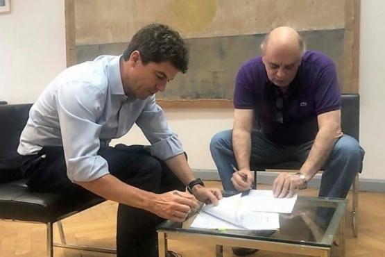 Giubetich en la firma de la adenda.