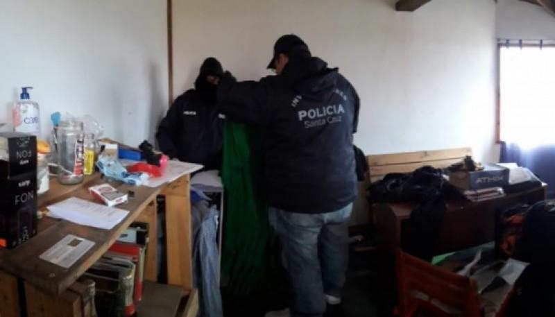 La policía allana la vivienda de los detenidos.