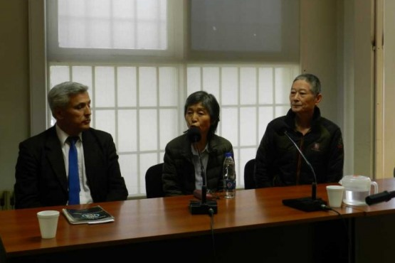 Hwang Doo Jin junto a un traductor y su abogado.