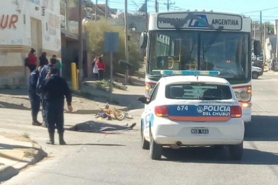 El hombre tendido en el suelo, tras el incidente.