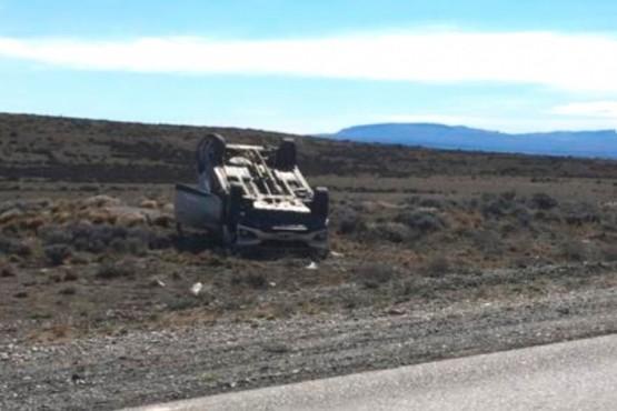 La camioneta volcada a un costado de la ruta.