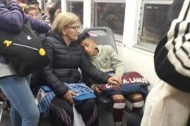 Riogalleguense descansa en el tren para cumplir su sueño