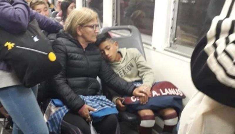 El niño descansando en el transporte público.