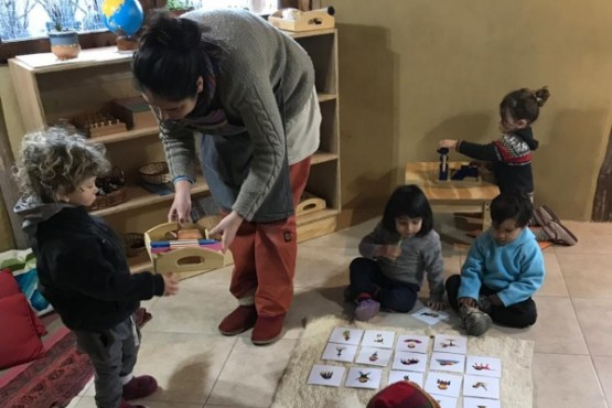 Docente de Escuelita Montessorijunto a alumnos.
