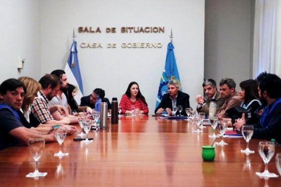 Ayer por la tarde se reunieron en Casa de Gobierno los gremios docentes y autoridades provinciales.