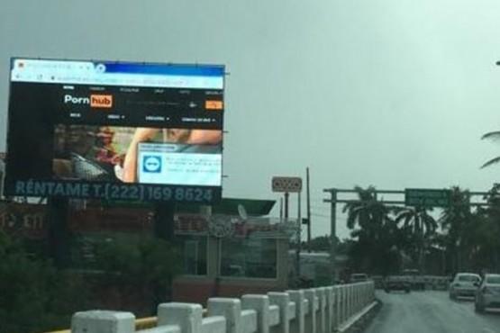 El cartel hackeado con pornografía en la autopista.