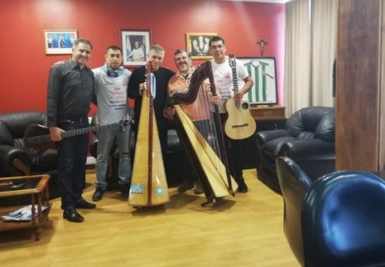 Gonzalez junto a los músicos.