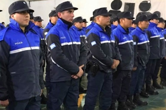 Policías en posición firme.