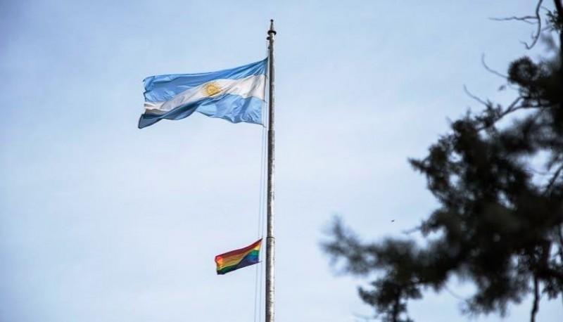 La bandera del orgullo gay y la de Argentina en el Colegio Normal 1, en Rosario.