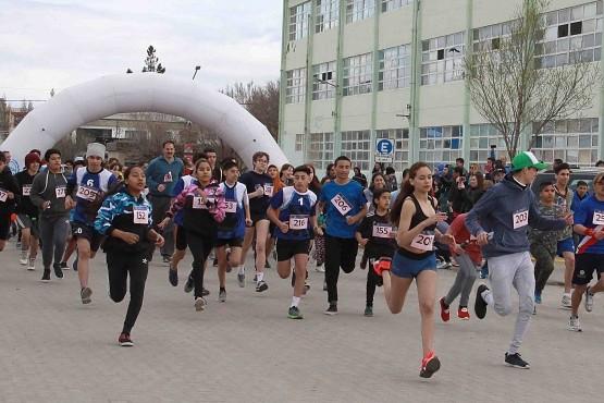 Estudiantes y otros participantes en la corrida atlética.