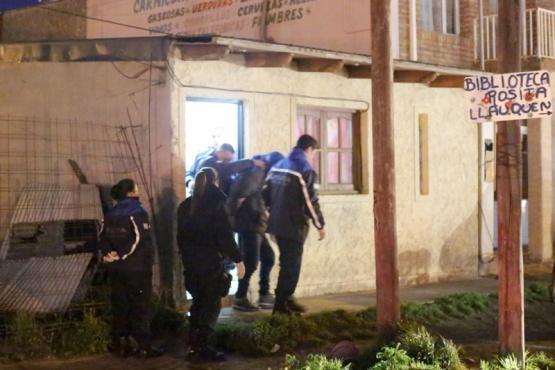 Momento en que el sujeto fue trasladado a la Comisaría tras el allanamiento. (Foto: C.G.)