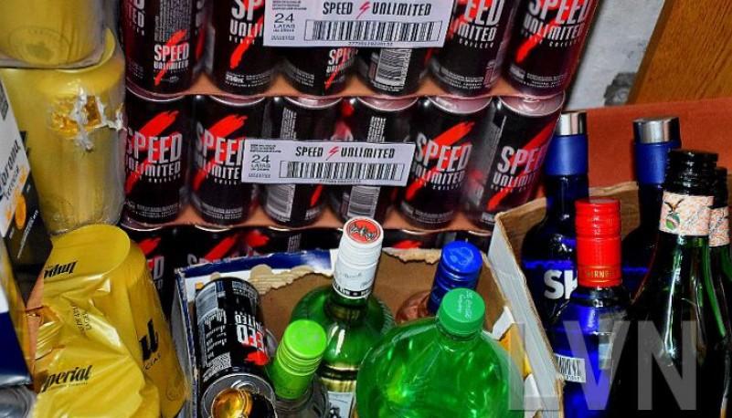 El alcohol y energizantes secuestrado por personal municipal.