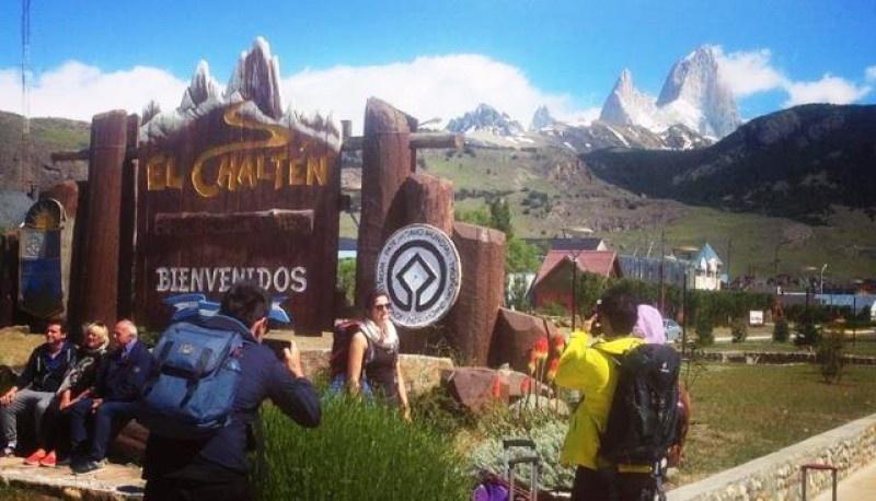 Turistas en la entrada a El Chaltén.