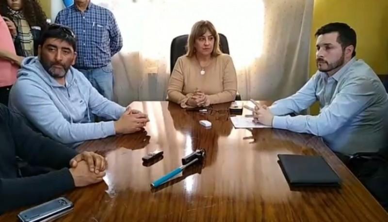 Firma convenio entre municipio de Rio Turbio y TALKA. (Imagen del video de FM El Portal 96.5)