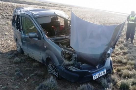 El Renault Kangoo terminó con importantes daños materiales tras volcar.
