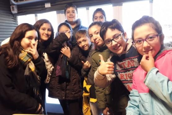 Alumnos de la Primaria N° 15 en Tiempo FM. (Foto Buen Día)