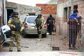 En allanamientos secuestran cubiertas completas, ventanas de PVC y marihuana