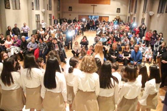 Última presentación del coro en la iglesia María Madre.