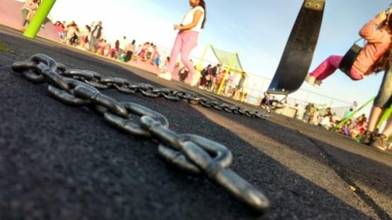 La hamaca rota, con la cadena en el suelo.( C.G)