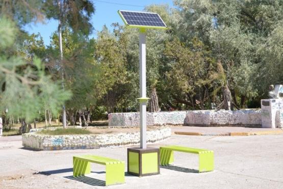 Panel solar de una terminal para la carga de celulares.