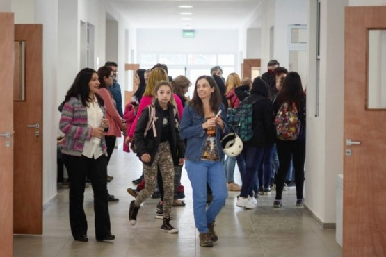 Autoridades recorrieron el nuevo edificio del Colegio 28 con una muestra educativa