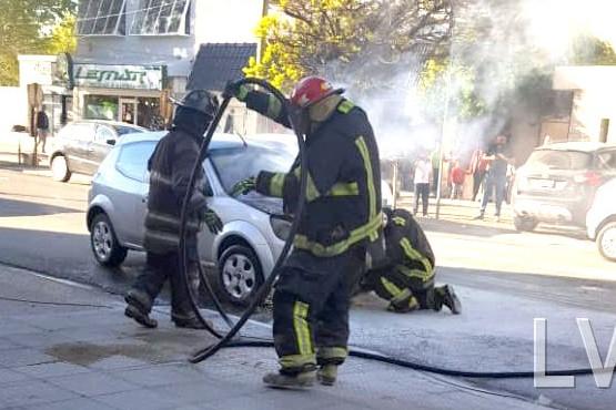 Los bomberos sofocaron el incendio en el vehículo.