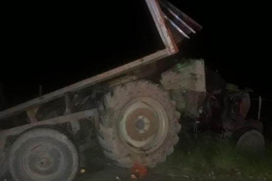 Así quedó el tractor al ser embestido.