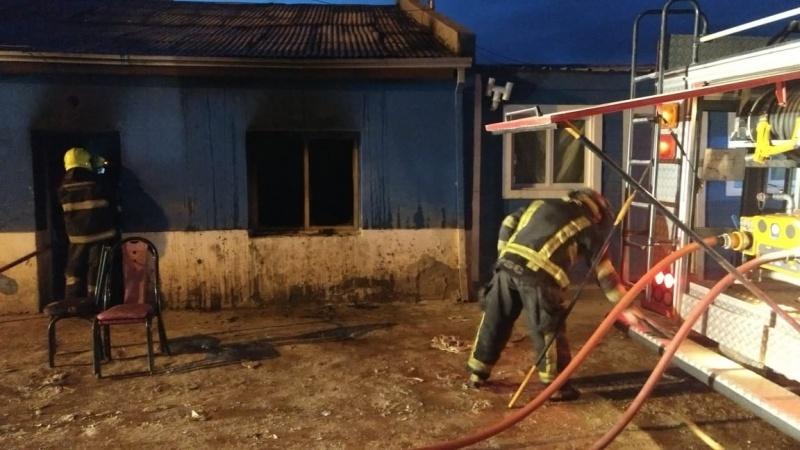 La casa terminó totalmente incendiada.