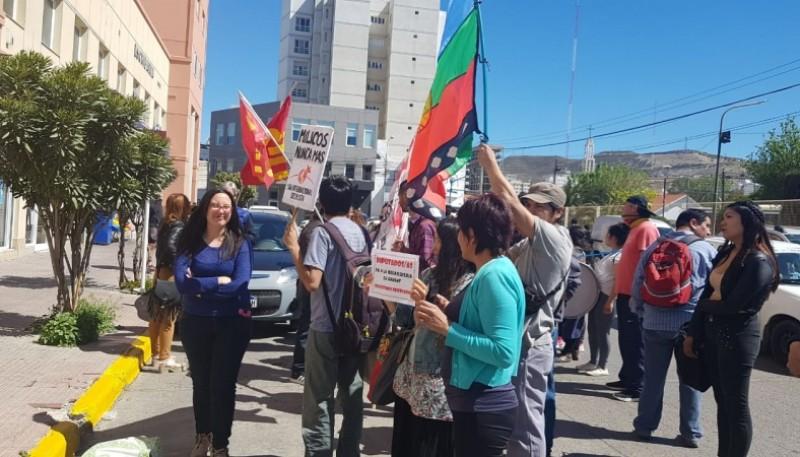 Reclamo frente al consulado de Chile.