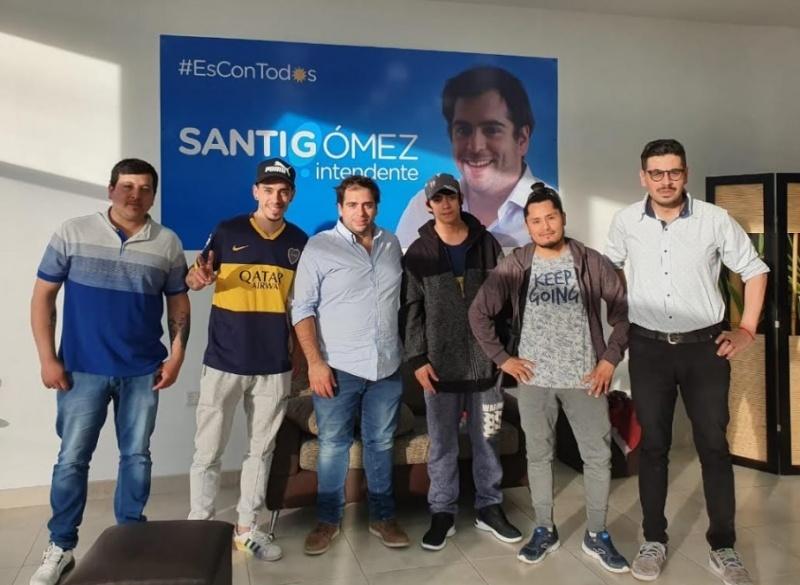 Santiago Gómez junto a vecinos.