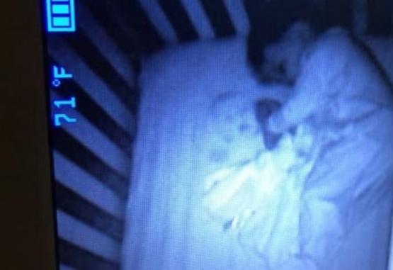 La captura de la cámara que la mujer instaló en el cuarto de su hijo