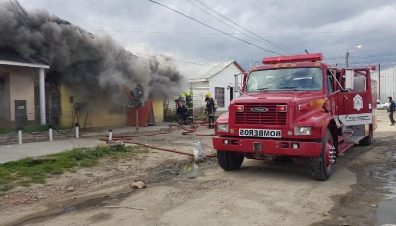 Bomberos intentando sofocar el incendio.