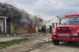 Un cortocircuito provocó un incendio en tres precarias casas