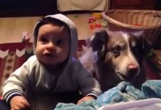 Le enseñaba su bebé a decir