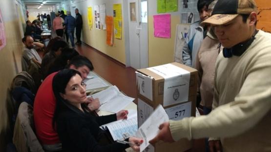 Los primeros votantes.