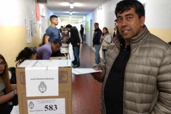 José Chacón realiza su votación (Foto C.G.)