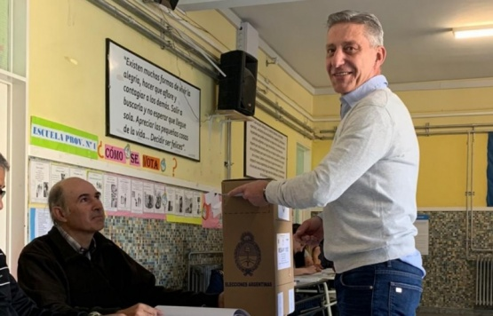 Mariano Arcioni votó en la escuela 1.