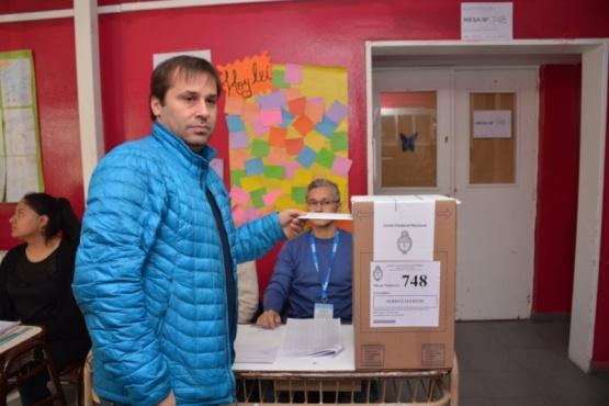 Roquel emitiendo su voto. (C.R)